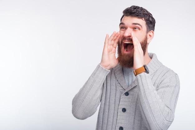 Jovem espantado está gritando boas notícias ou promoção.