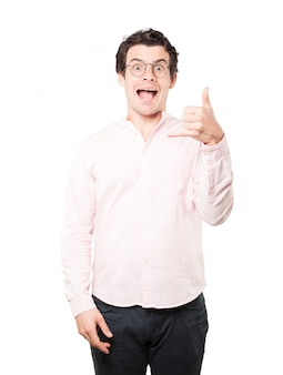 Jovem espantado, fazendo um gesto de chamar com a mão