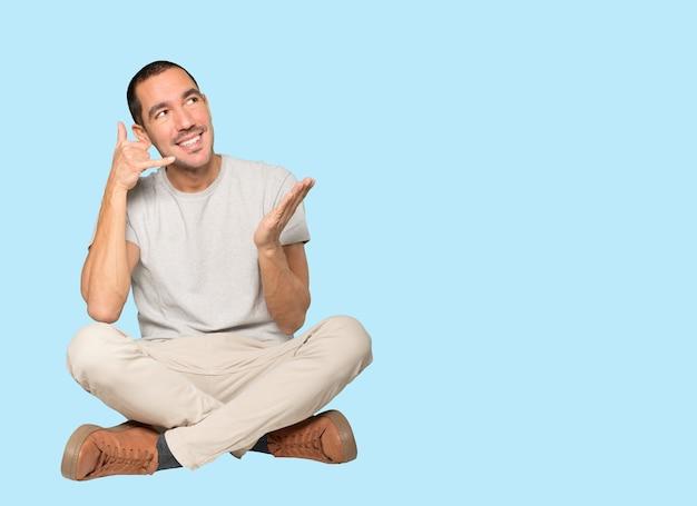 Jovem espantado fazendo um gesto de chamar com a mão