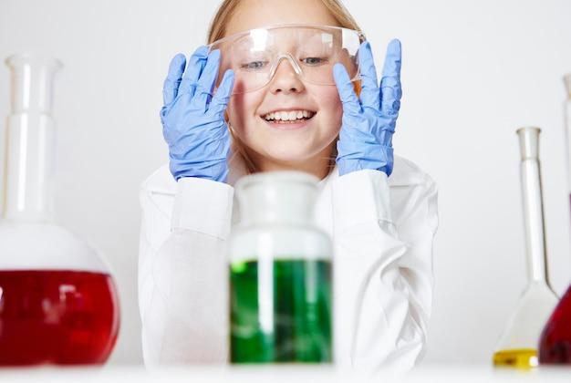 Jovem especialista em quimica