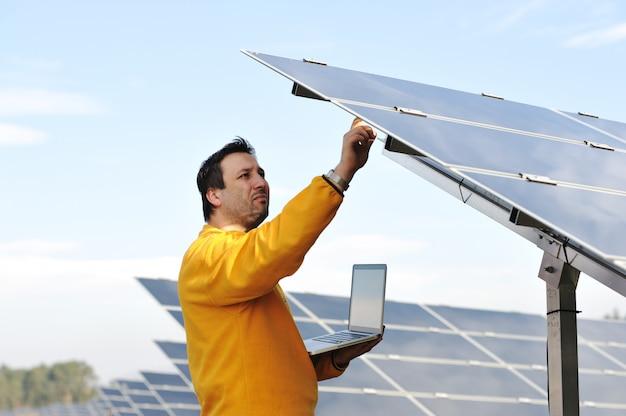 Jovem especialista trabalhando em painéis solares