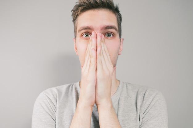 Jovem espirra na mão