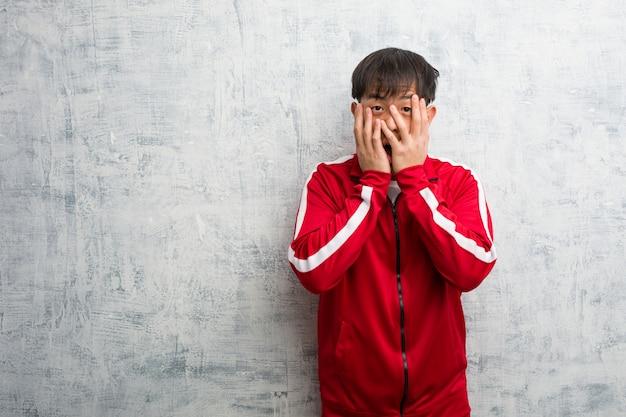Jovem esporte fitness chinês sente-se preocupado e com medo