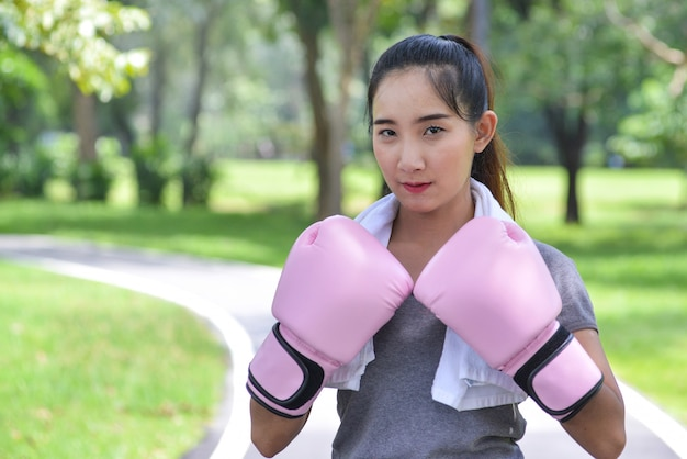 Jovem, esportes, mulher, boxe, com, cor-de-rosa, luvas, parque, sério, rosto