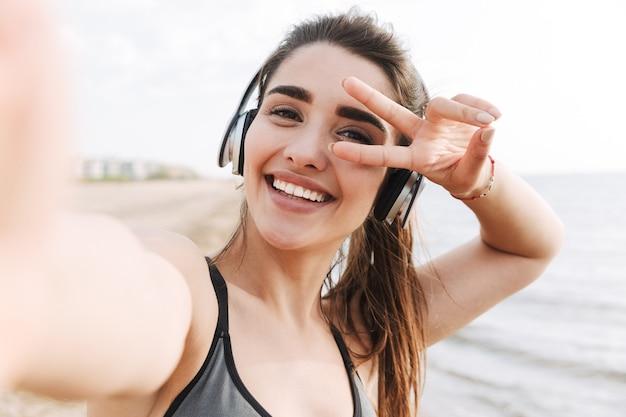 Jovem esportista alegre com fones de ouvido