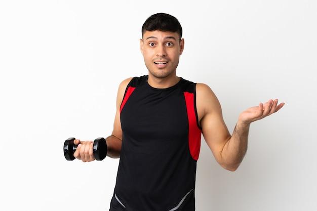 Jovem esportista fazendo levantamento de peso com expressão facial chocada