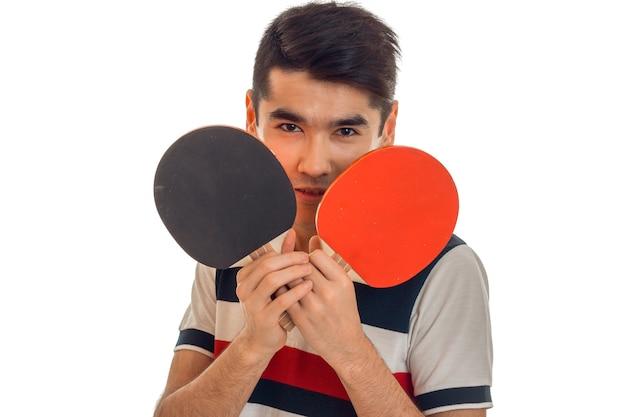 Jovem esportista jogando pingue-pongue isolado no fundo branco Foto Premium