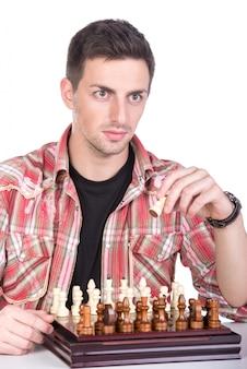 Jovem está jogando xadrez