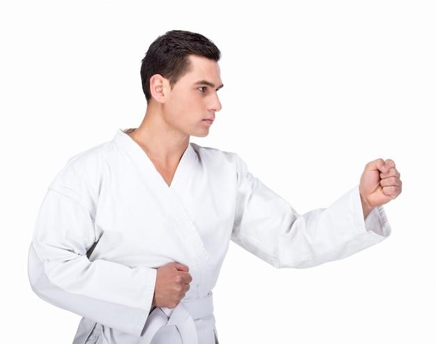 Jovem está praticando artes marciais