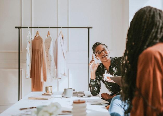 Jovem estilista em uma boutique