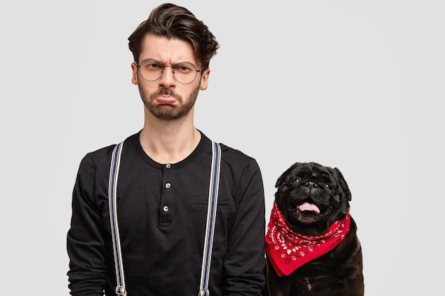Jovem estiloso e seu cachorro fofo