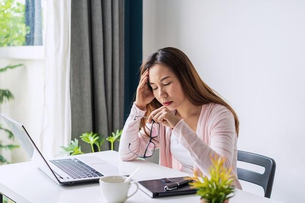 Jovem estressada trabalhando