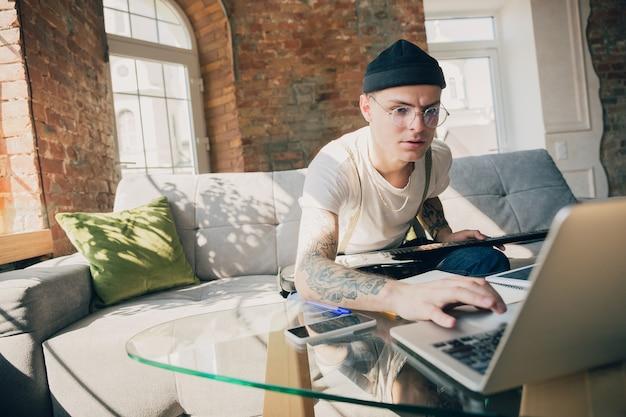 Jovem estudando em casa durante cursos on-line ou informações grátis por si mesmo