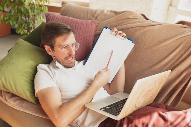 Jovem estudando em casa durante cursos on-line