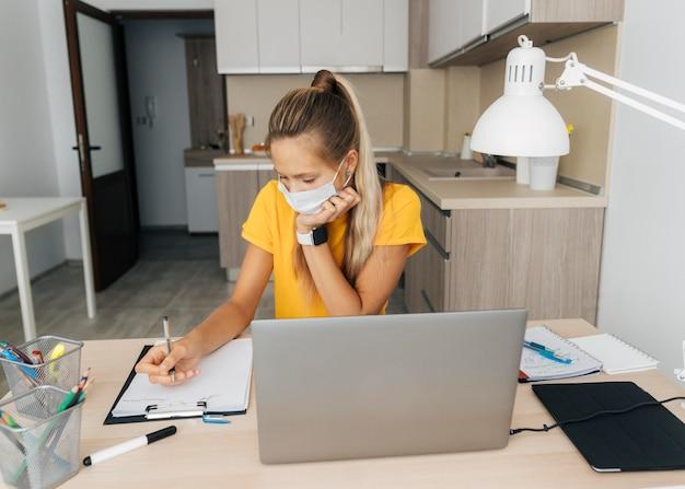 Jovem estudando em casa