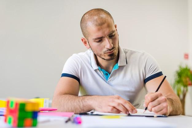Jovem estudando sozinho