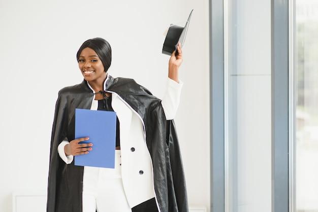 Jovem estudante afro-americana com diploma.