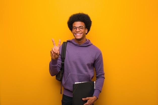 Jovem, estudante americano africano, homem, mostrando, numere dois