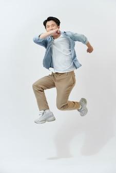 Jovem estudante asiática alegre em uma camisa jeans