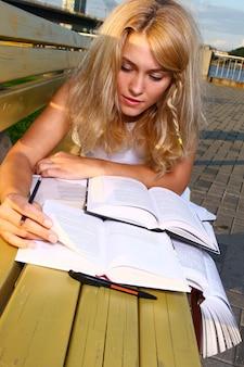 Jovem estudante atraente lendo o livro
