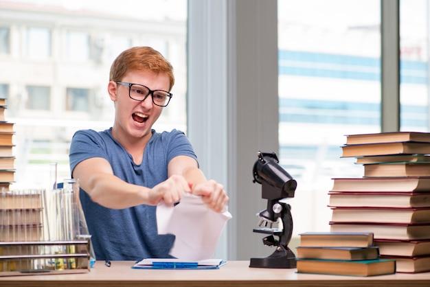 Jovem estudante cansado e exausto, preparando-se para o exame de química