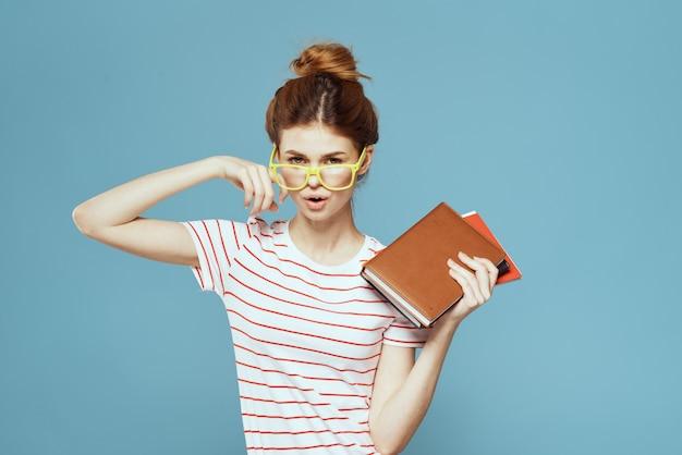 Jovem estudante com cadernos de livros didáticos e resumos nas mãos