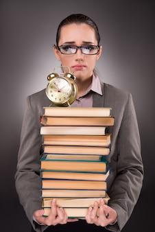 Jovem estudante com livros e relógio