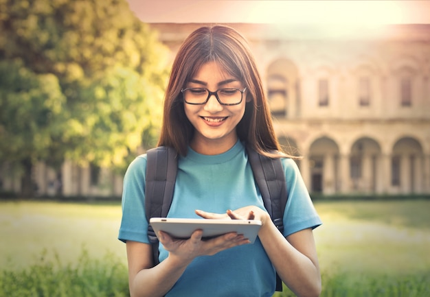 Jovem estudante com um tablet