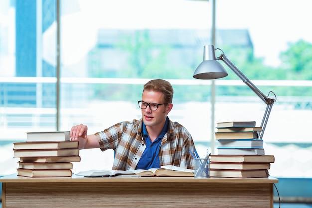 Jovem estudante do sexo masculino se preparando para os exames do ensino médio