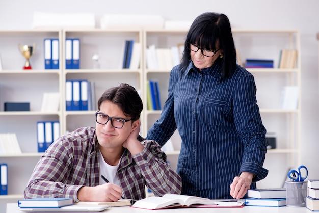 Jovem estudante durante a aula individual de reforço