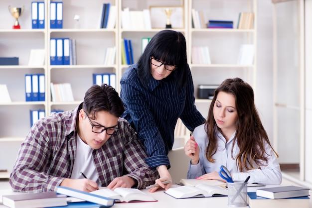 Jovem estudante e professor durante a aula de reforço