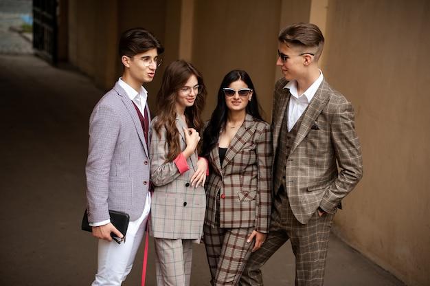 Jovem estudante elegante em grupo ao ar livre