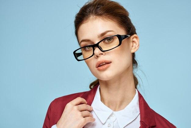 Jovem estudante em uma jaqueta brilhante, imagem elegante