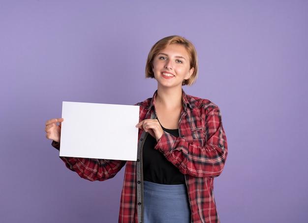 Jovem estudante eslava sorridente segurando uma folha de papel