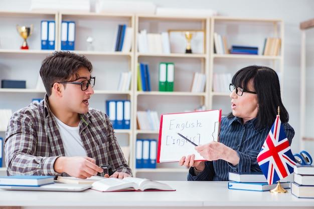 Jovem estudante estrangeiro durante a aula de inglês