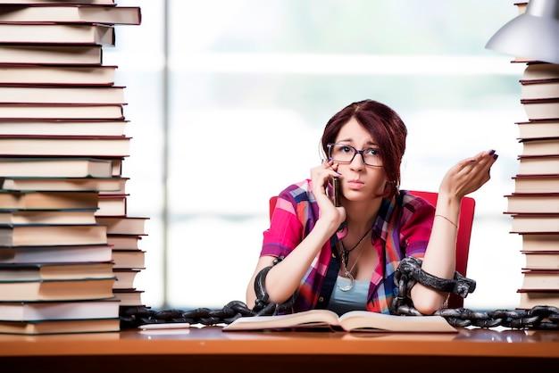 Jovem estudante feminino se preparando para os exames