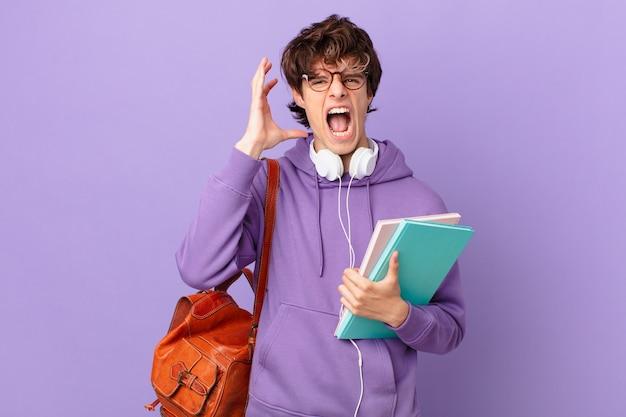 Jovem estudante gritando com as mãos para cima