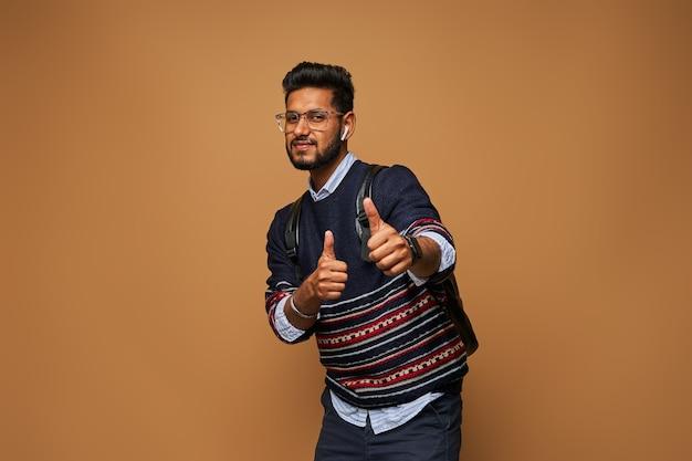 Jovem estudante indiano elegante mostra emoção e classe de gesto.