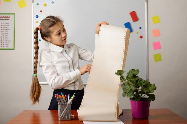 Jovem estudante olhando para uma grande lista de coisas para fazer