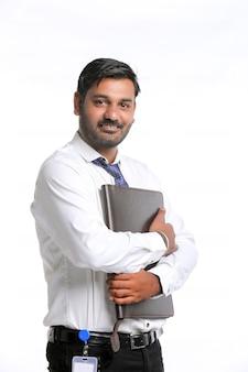 Jovem estudante ou oficial indiano segurando uma pasta