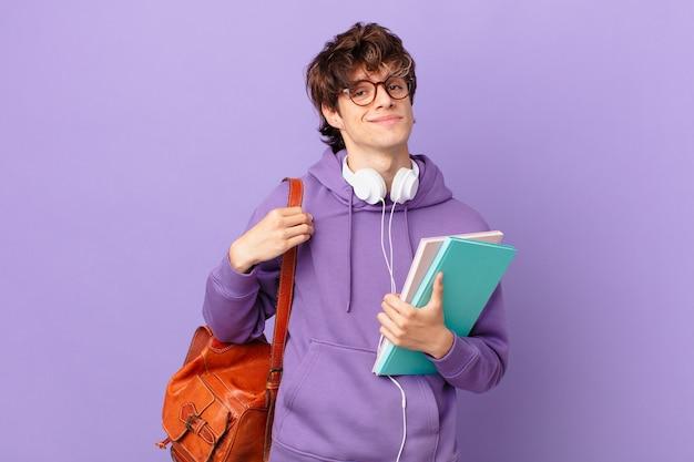 Jovem estudante parecendo arrogante, bem-sucedido, positivo e orgulhoso