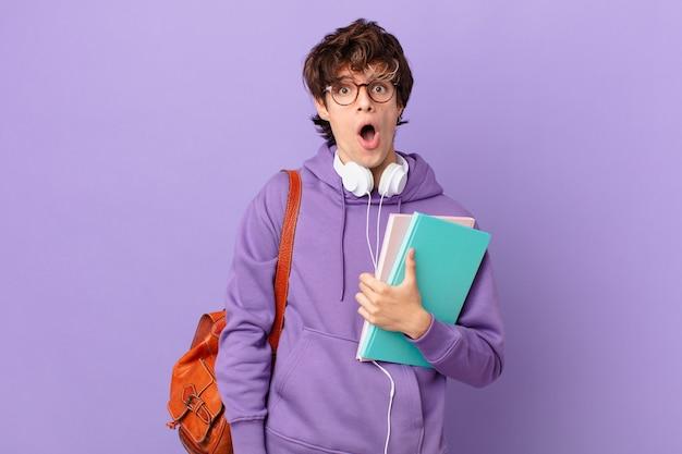 Jovem estudante parecendo muito chocado ou surpreso