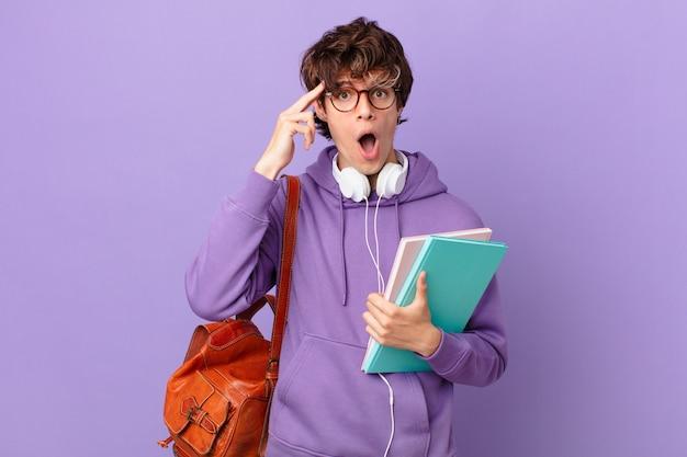 Jovem estudante parecendo surpreso ao perceber um novo pensamento, ideia ou conceito