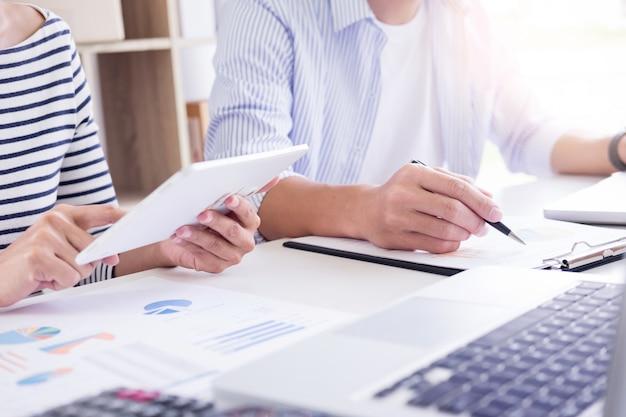 Jovem estudante preparar o exame em casa colegas trabalhando em sua reunião de pequenos negócios