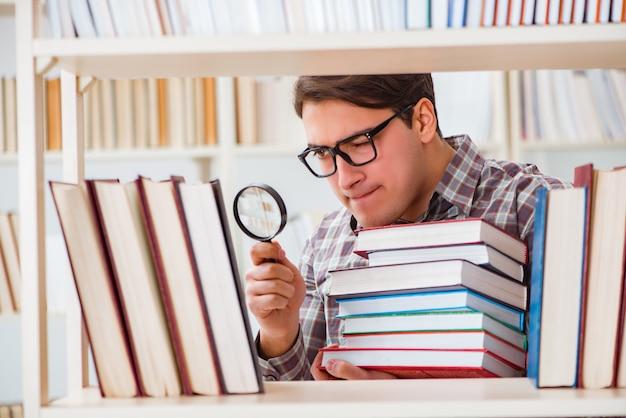 Jovem estudante procurando livros na biblioteca da faculdade