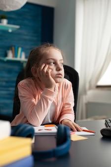 Jovem estudante recebendo educação online de casa