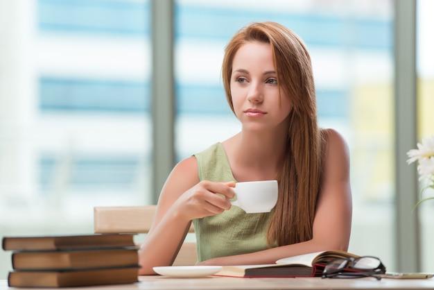 Jovem estudante se preparando para exames bebendo chá