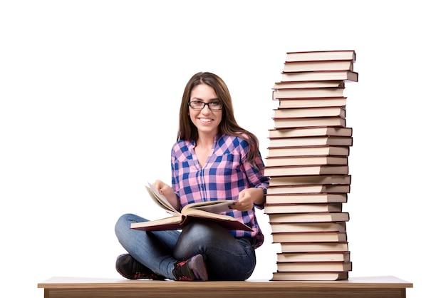 Jovem estudante se preparando para os exames da faculdade isolado no branco