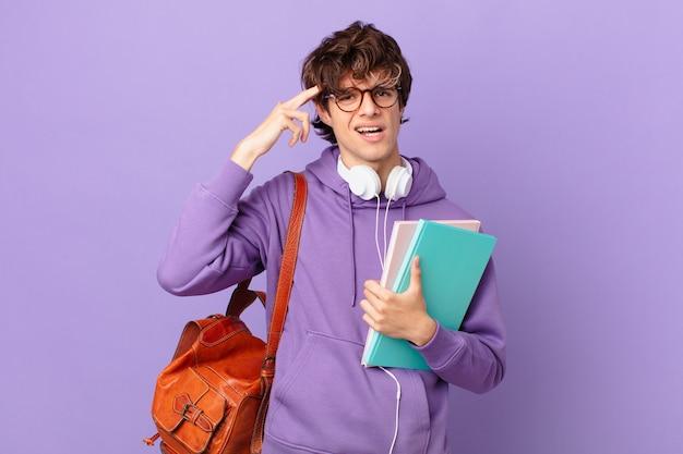 Jovem estudante se sentindo confuso e perplexo, mostrando que você é louco