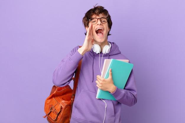 Jovem estudante se sentindo feliz, dando um grande grito com as mãos perto da boca